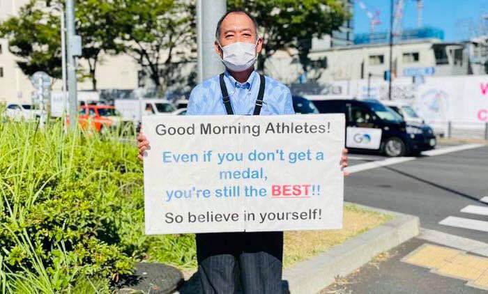 Este hombre se paraba frente a la Villa Olímpica de Tokio todos los días para motivar a los atletas