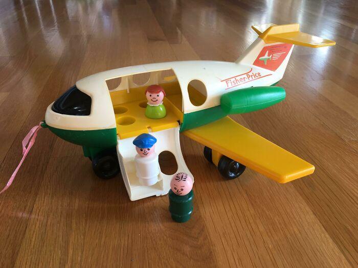 Mi madre conserva mis juguetes, y mi hijo de 10 meses juega con ellos cuando la visitamos