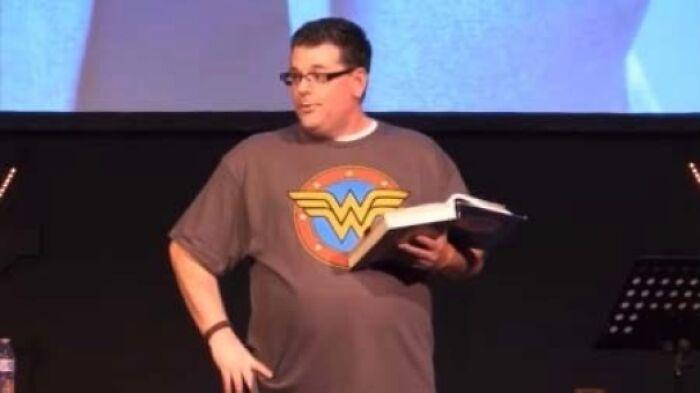 Una bonita foto del pastor que le dijo a las esposas que perdieran peso y se mostraran más femeninas