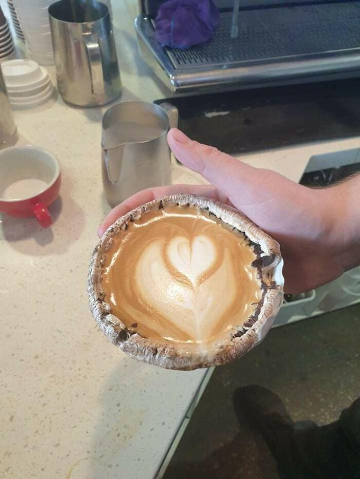 Café con leche servido en una seta Portobello