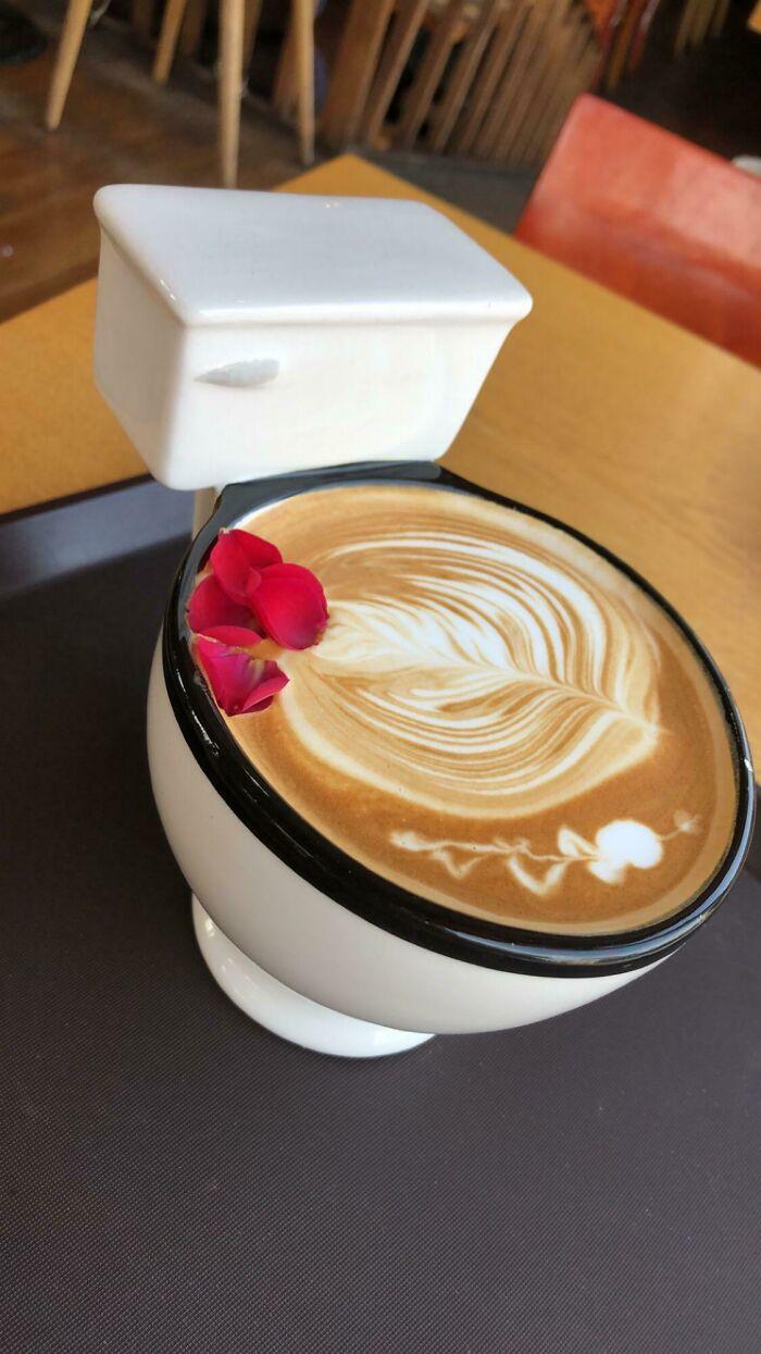 Café con leche de rosas en una cafetería con temática de baño en Seúl