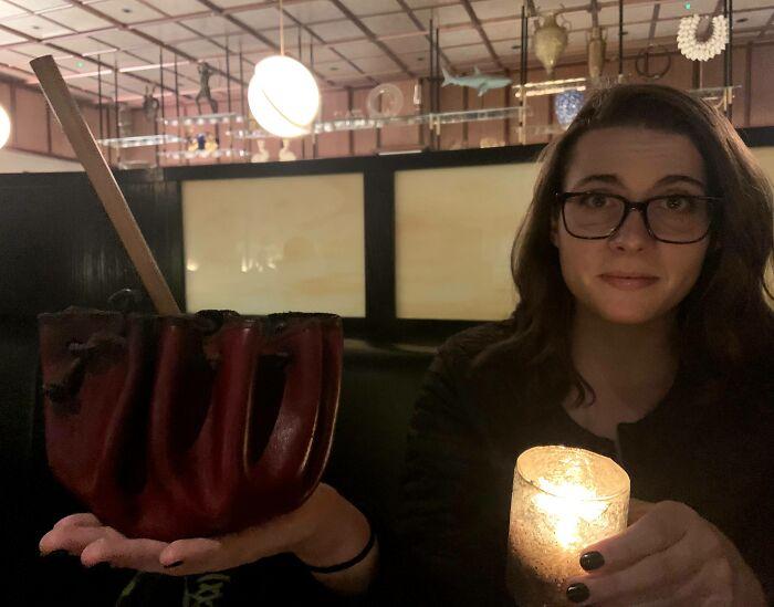 Me sirvieron la bebida en una bolsa de cuero