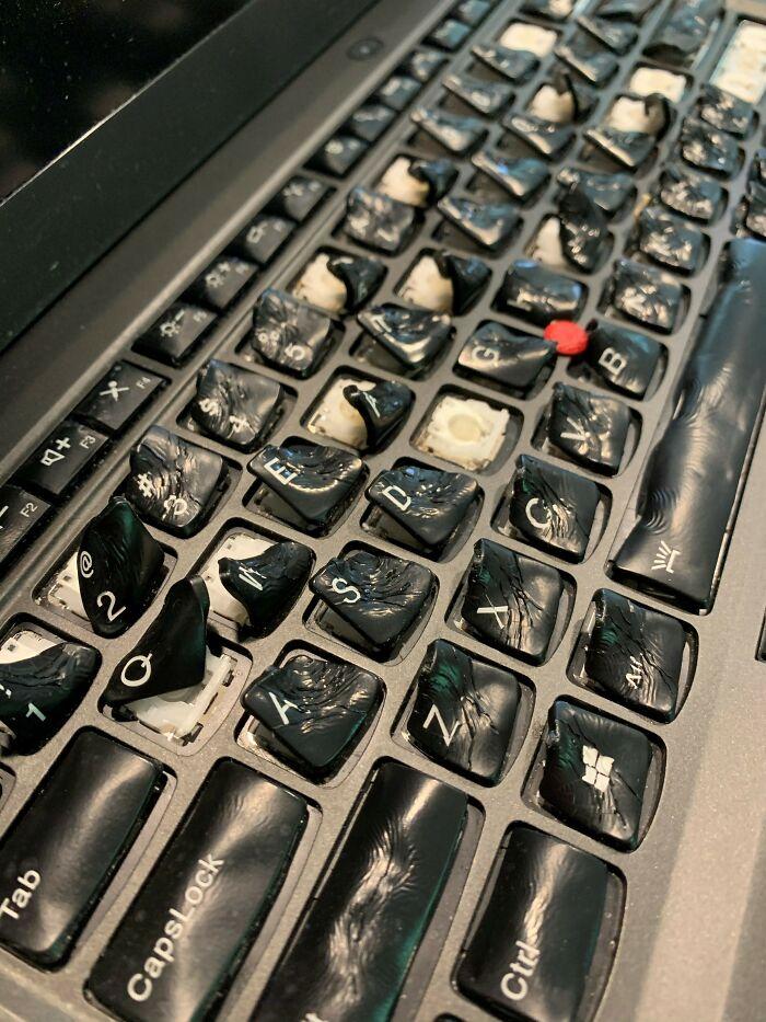 Un usuario derramó café en su portátil y lo metió en el horno para secarlo