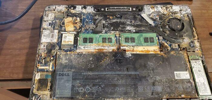 Un usuario afirma haber derramado un pequeño vaso de agua sobre su ordenador portátil