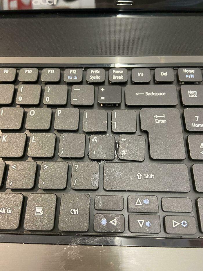 ¿Se te han caído las teclas del teclado? No te preocupes, vuelve a pegarlas con pegamento