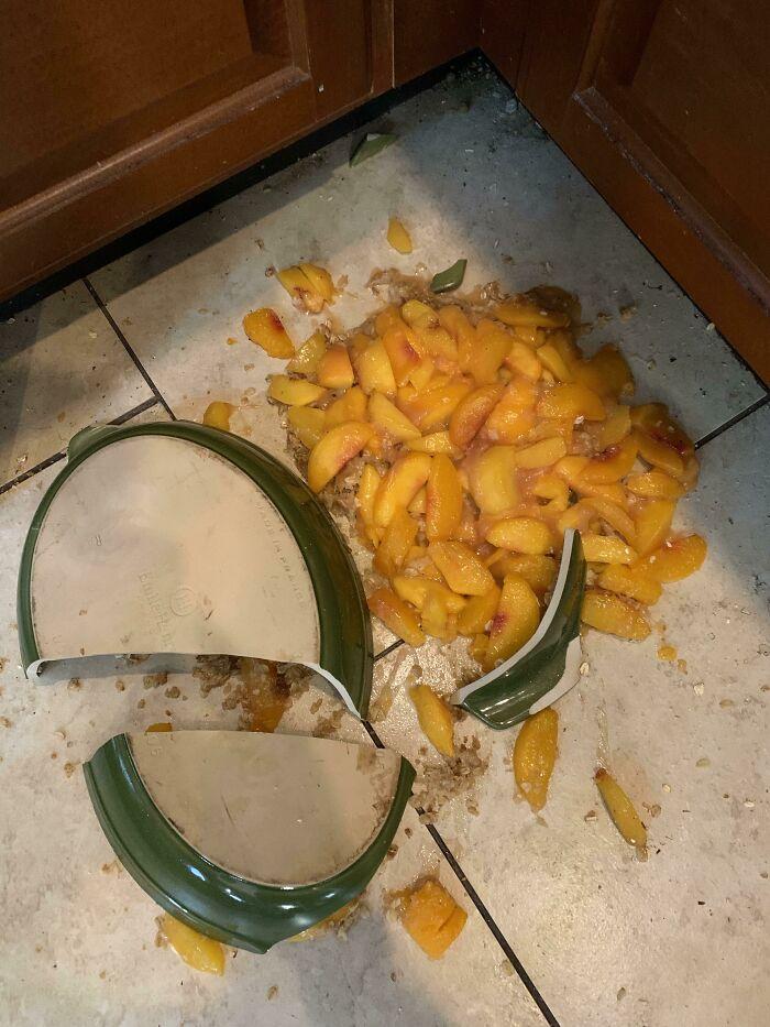 Mi esposa se pasó una hora preparando este crumble de melocotón y acabó llorando justo antes de que mis padres llegaran de visita a nuestra casa