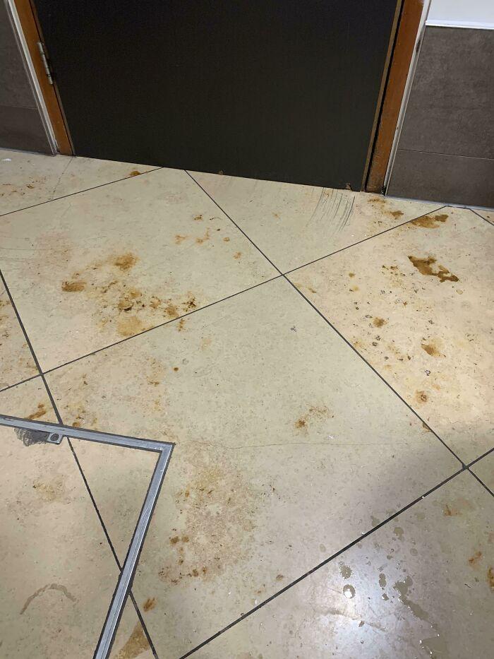 El marmolado de estas baldosas hace que parezca que alguien se ha hecho popó en el suelo
