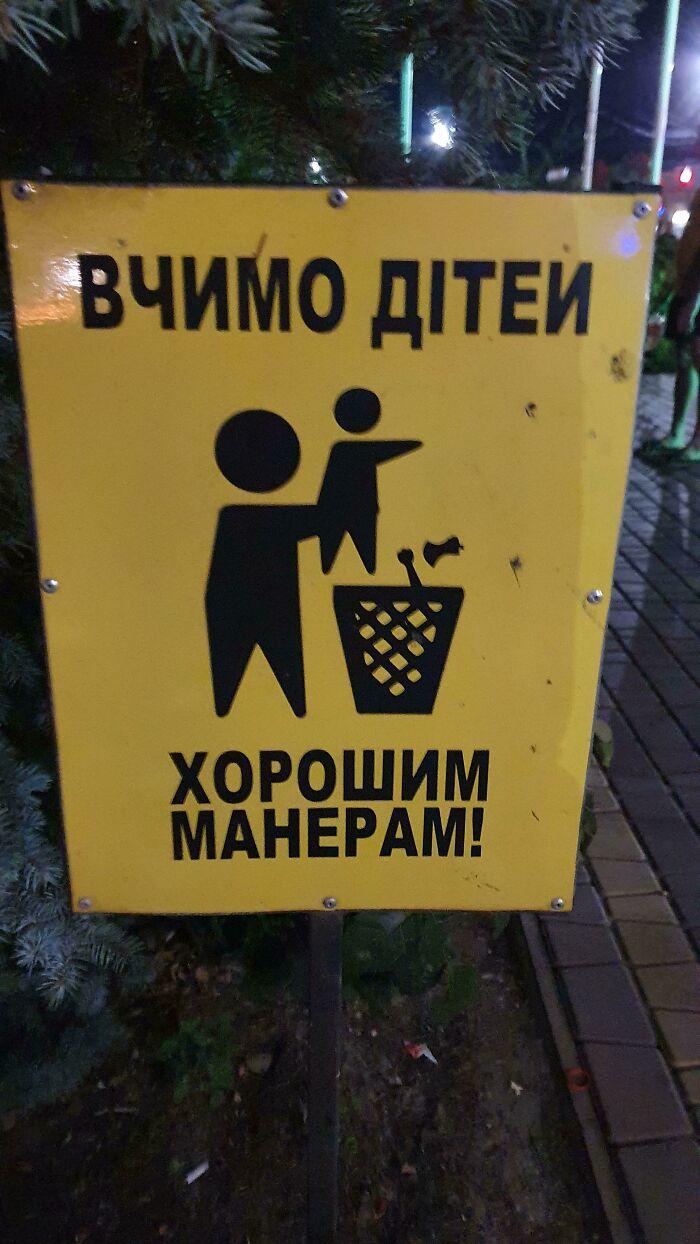 """El letrero dice """"Enseñando a los niños buenos modales"""", pero parece que sólo estás metiendo al bebé en la basura"""