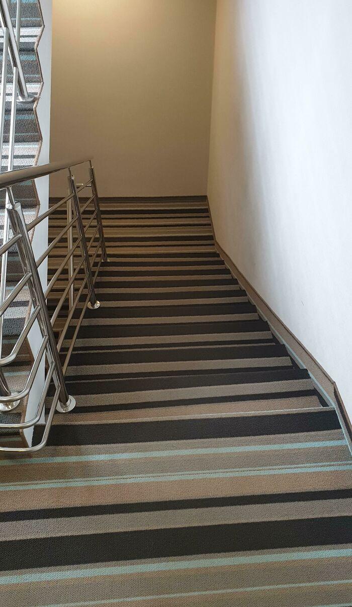 Alfombra a rayas en las escaleras del hotel. Difícil de usar incluso después de dos semanas y completamente sobrio
