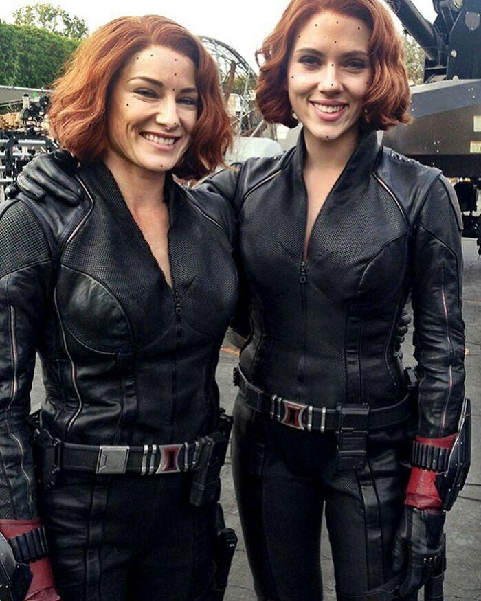 Scarlett Johansson junto a su doble de riesgo en el set de The Avengers