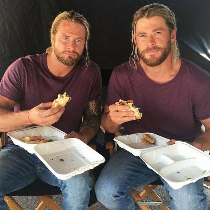 ¿Por qué tener un solo Thor cuando puedes tener dos? El doble de riesgo de Chris Hemsworth, igualmente guapo, nos muestra como consigue los abdominales de un Dios
