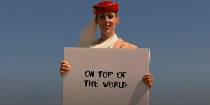 """Este anuncio de los Emiratos de una """"azafata"""" en la cima del Burj Khalifa es del todo real: la aerolínea revela cómo fue filmada"""