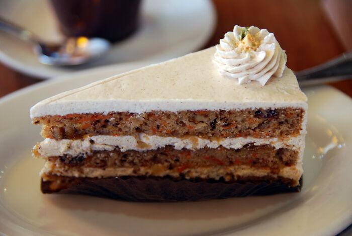"""Esta mujer se burla siempre de su compañera de trabajo vegana, pero se enfadó cuando ella se negó a probar la tarta """"vegana"""" que había preparado"""