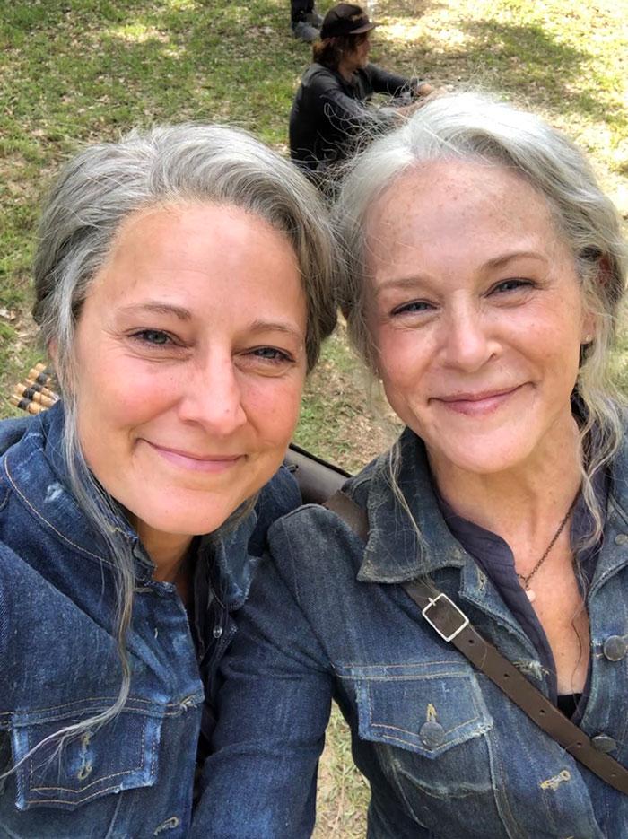 Melissa McBride y su doble de riesgo en el set de The Walking Dead
