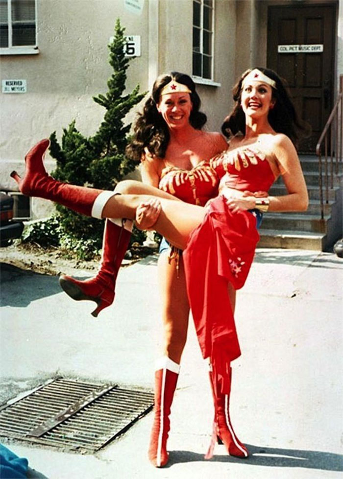 Lynda Carter junto a su doble para La Mujer Maravilla, Jeannie Epper
