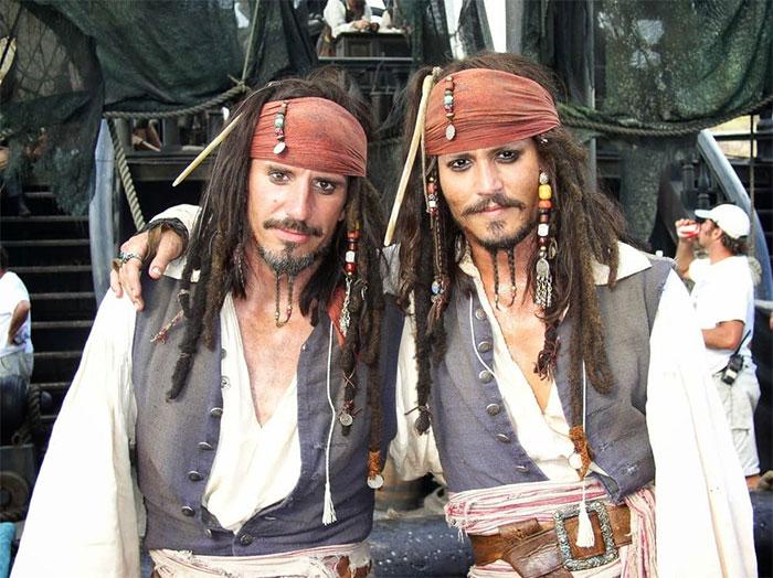 Johnny Depp con su doble de riesgo, Tony Angelotti, en el set de Piratas del Caribe