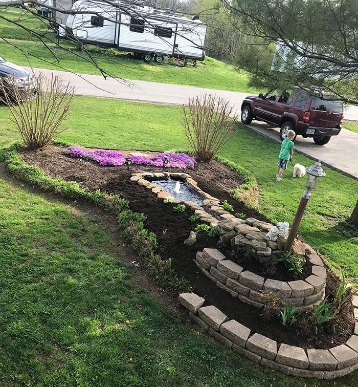 Mi padre hizo este bonito paisaje en su patio delantero. Y luego se dio cuenta de lo que había hecho
