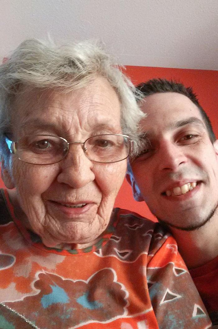 """Yo: """"Abuela, me gustaría hacernos una foto"""". Activo la cámara frontal. Abuela: """"Oh, es una foto muy bonita, ¿de cuándo es?"""" Yo: """"Somos nosotros ahora mismo"""""""