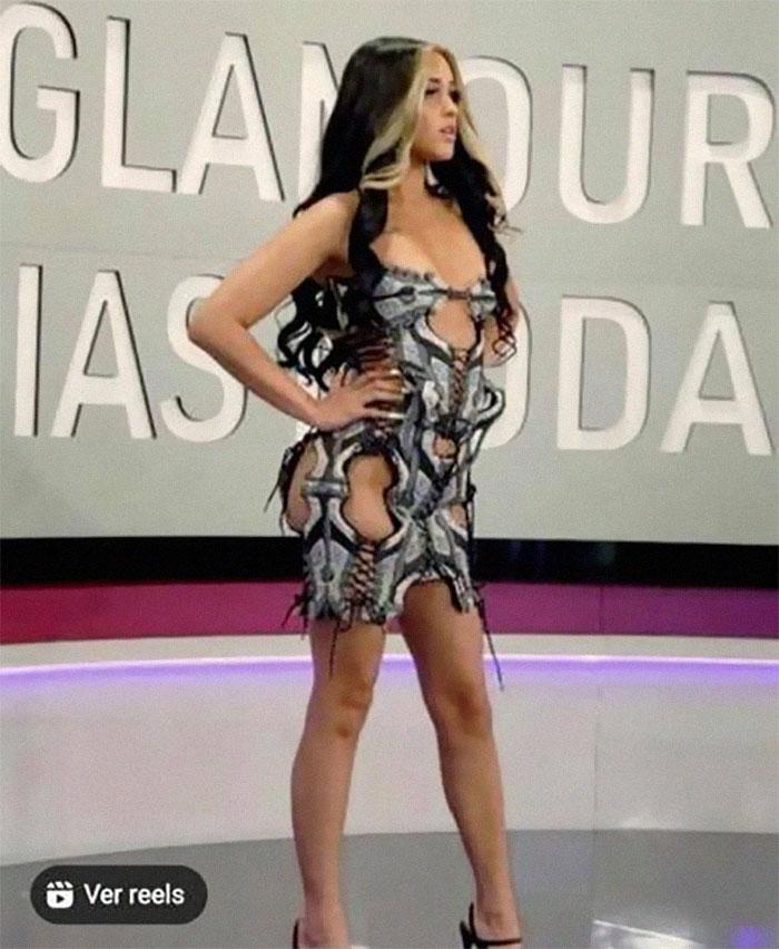 Vi este vestido y supe que tenía que publicarlo aquí lol. La verdad es que tiene agujeros en lugares muy poco favorecedores…