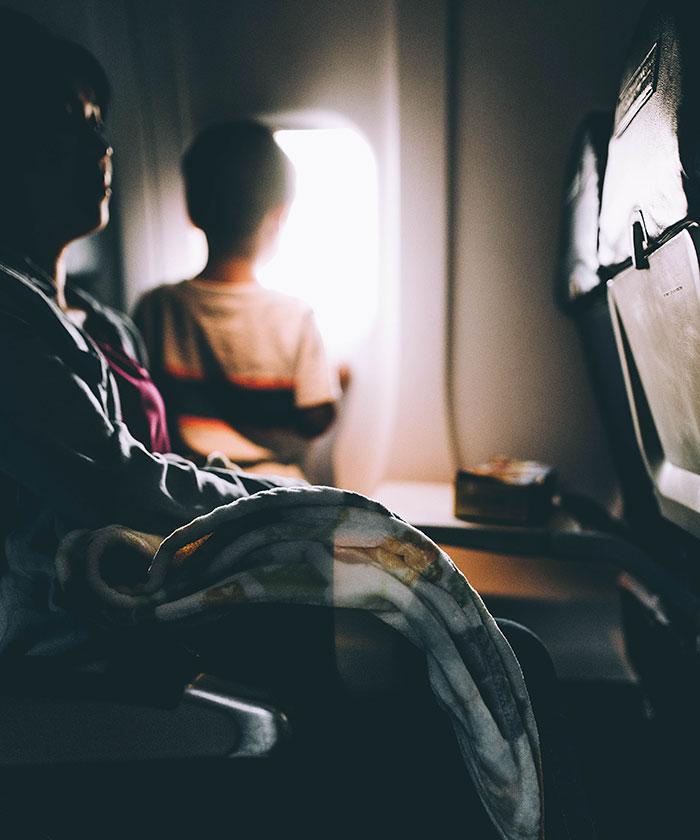 Esta madre prepotente le exigió a otra pasajera del avión que entretuviera a su hijo de 7 años, pero esta se negó