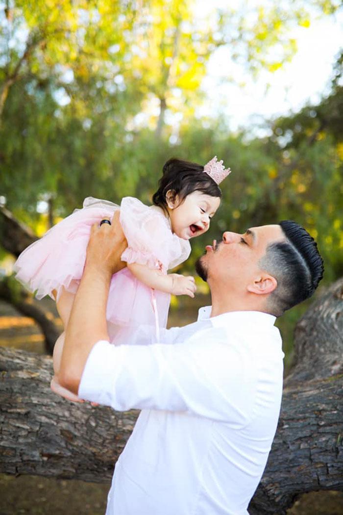 Este esposo recreó la sesión de fotos con su difunta esposa embarazada, esta vez con su hija de 1 año