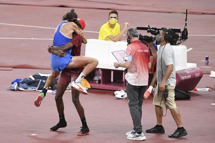 En internet elogian a estos 2 atletas olímpicos que decidieron compartir la medalla de oro