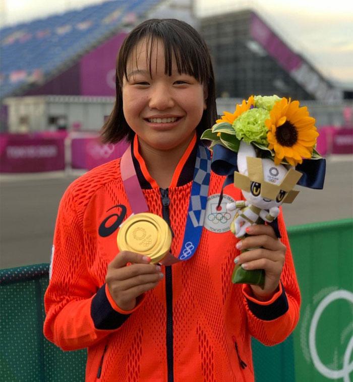 La japonesa Momiji Nishiya (13 años) es la primera medallista de oro en skateboarding femenino