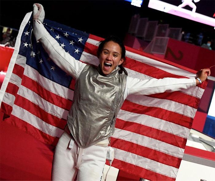 La filipina Lee Kiefer gana la primera medalla de oro del equipo de EE.UU. en esgrima individual femenino