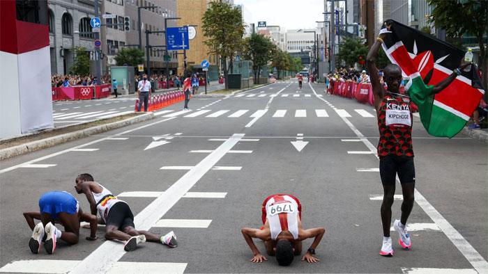 La línea de meta del maratón masculino en los Juegos Olímpicos de Tokio 2020