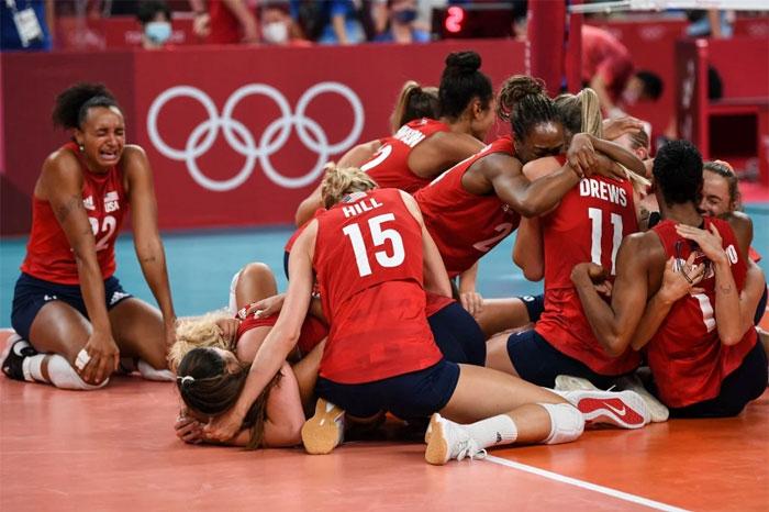 La selección femenina de voleibol de EE.UU. reacciona al primer oro olímpico de su historia al barrer a Brasil por 3-0