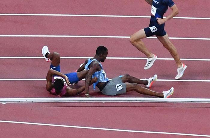 El estadounidense Isaiah Jewett y el botsuanés Nijel Amos sufrieron un accidente y se cayeron, pero se levantaron juntos y se acompañaron hasta la meta