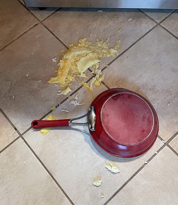 Esta mañana tenía muchas ganas de hacer tortilla francesa para el desayuno y todo iba de maravillas hasta que sucedió esto