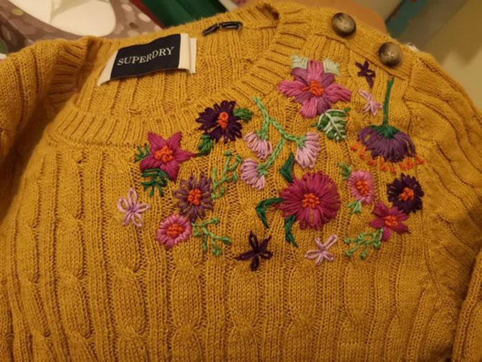 ¿Esto cuenta? Se me cayó esmalte de uñas rosado en el suéter así que decidí cubrirlo con este bordado