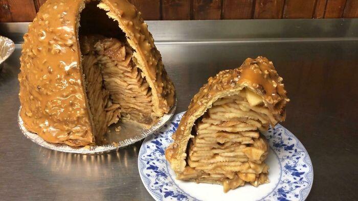 Tarta de manzana de un restaurante y panadería cercanos. Es deliciosa, pero casi imposible de comer