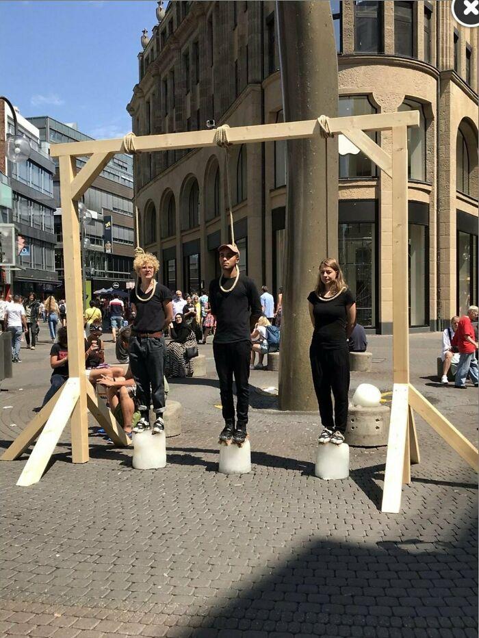Protesta contra el cambio climático en Colonia. Están sobre bloques de hielo