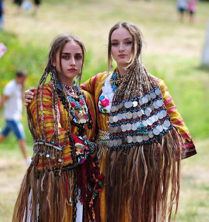 Vestidos y trenzas tradicionales del pueblo Pomak de Startsevo, Bulgaria