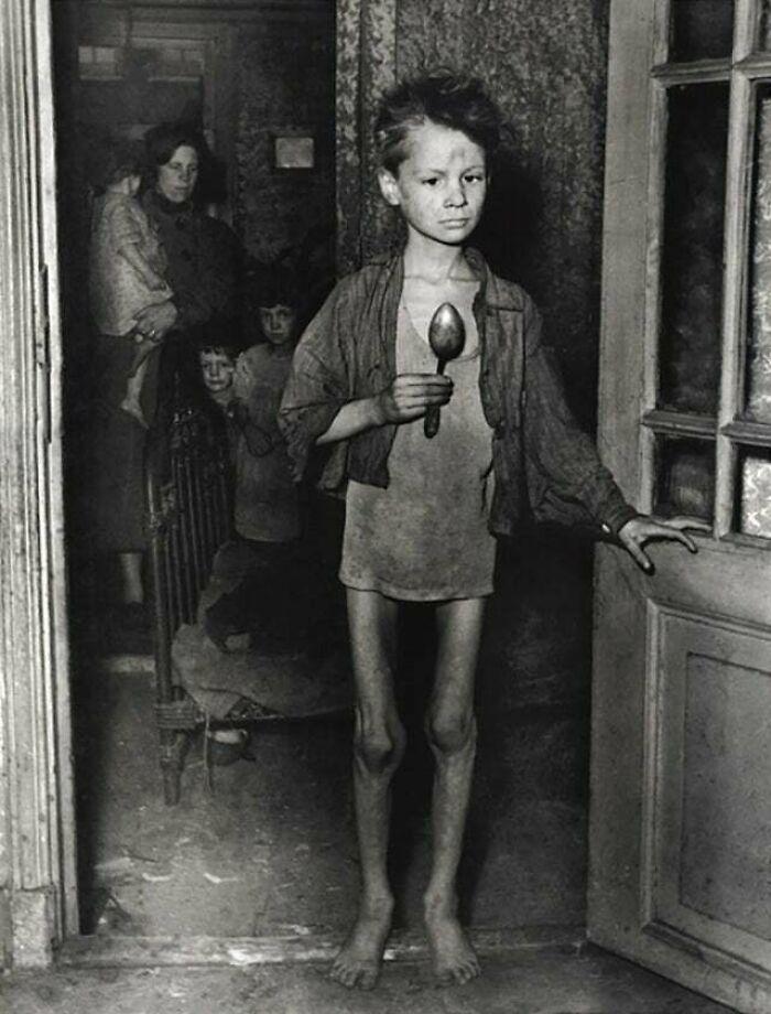 """Niño holandés de 9 años durante la hambruna de 1944-45. Muchos llevaban una cuchara encima """"por si acaso"""""""