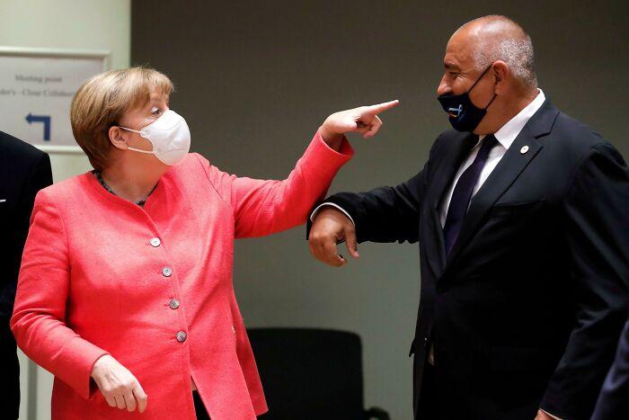 Merkel regañando al primer ministro búlgaro Boyko Borisov por llevar mal la mascarilla