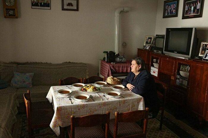 Señora albanesa cenando con su marido e hijos asesinados en la guerra en 1999
