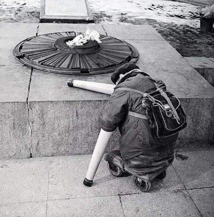 1966, foto de un veterano de guerra soviético cerca de la llama eterna en el aniversario del día de la Victoria