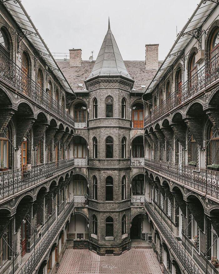 Edificio neogótico de apartamentos en Budapest, Hungría. Construido en 1894 aprox.