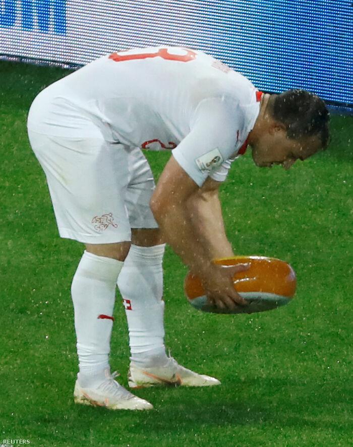 Forofos suizos le tiran un queso a Shaqiri tras marcar el gol de la victoria