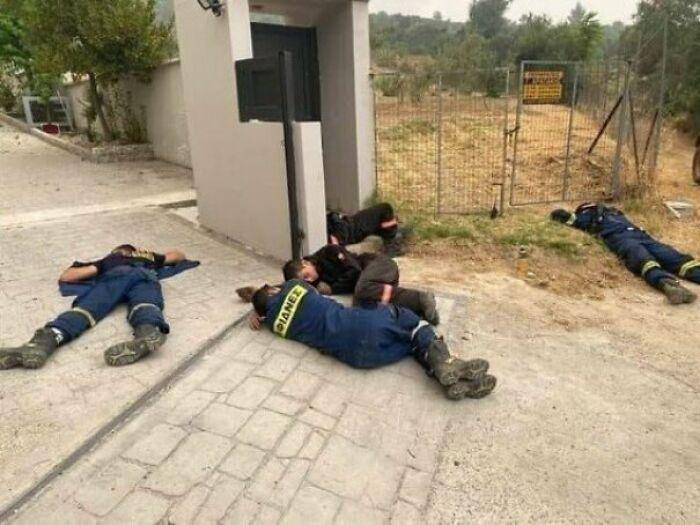 Los verdaderos héroes de Grecia: Bomberos durmiendo exhaustos tras luchar contra los incendios en Ática