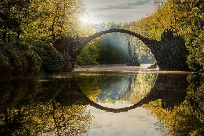 El puente del diablo (Rakotzbrücke) en Kromlau, Alemania