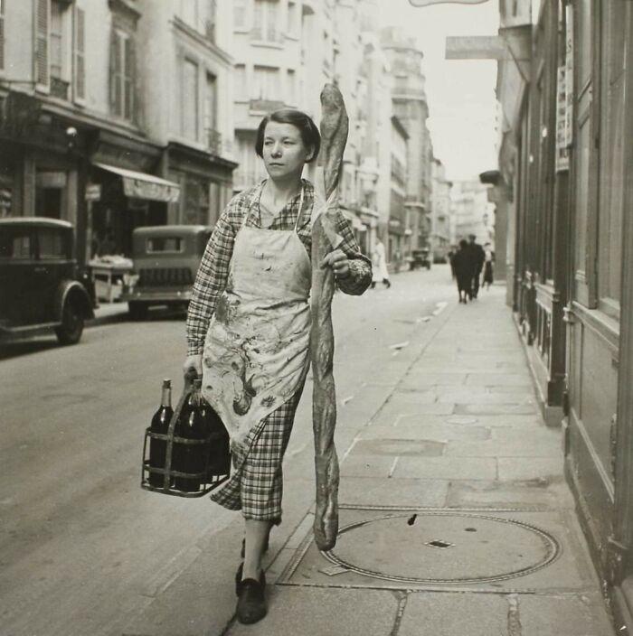 Francesa con su baguette y 6 botellas de vino en París, 1945