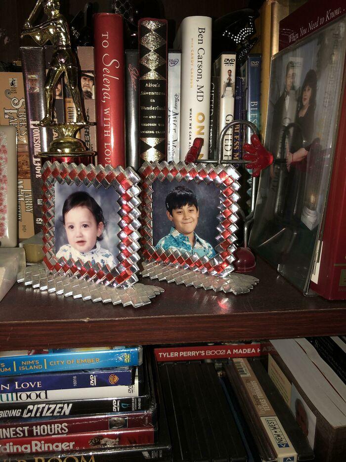 Dos marcos de fotos hechos con bolsas de patatas fritas que un preso le dio a mi madre mientras trabajaba en la cárcel como enfermera