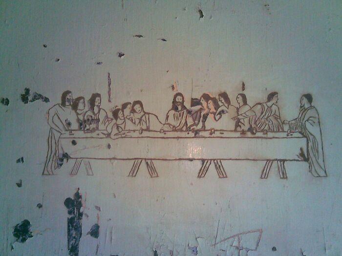 """""""La última cena"""" tallada por un preso en la puerta de una cárcel"""
