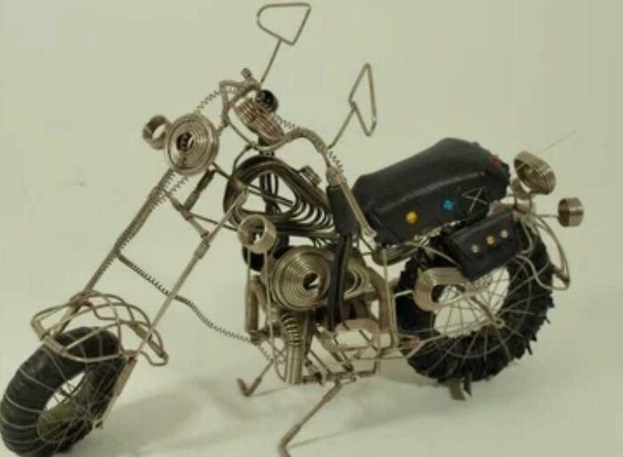 Figura de moto Harley hecha en la cárcel