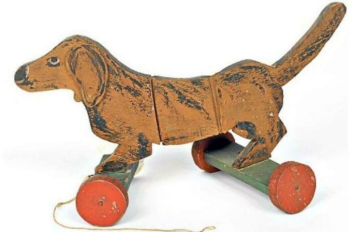Perro salchicha de juguete fabricado por un prisionero de guerra en Bristol, regalado a una familia cercana a la prisión, 2ª Guerra Mundial
