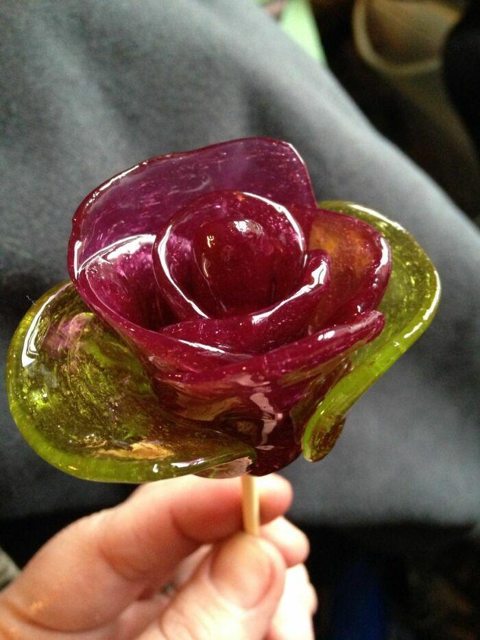Una forma de que los presos hagan rosas para sus seres queridos hechas de Jolly Ranchers